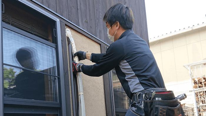 エアコンを修理する職人